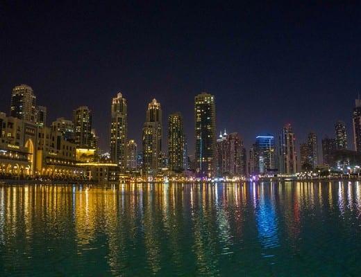 Skyline van Dubai na zonsondergang