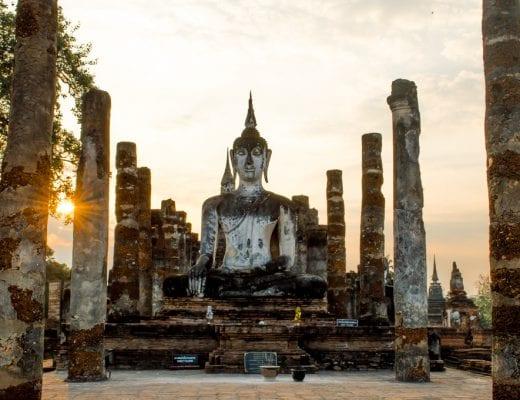 Zonsondergang bij Sukhothai