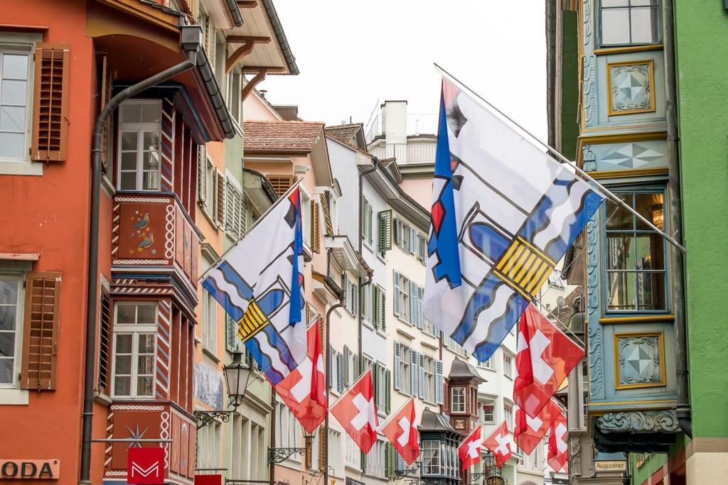 Vlaggen in de Altstadt van Zürich