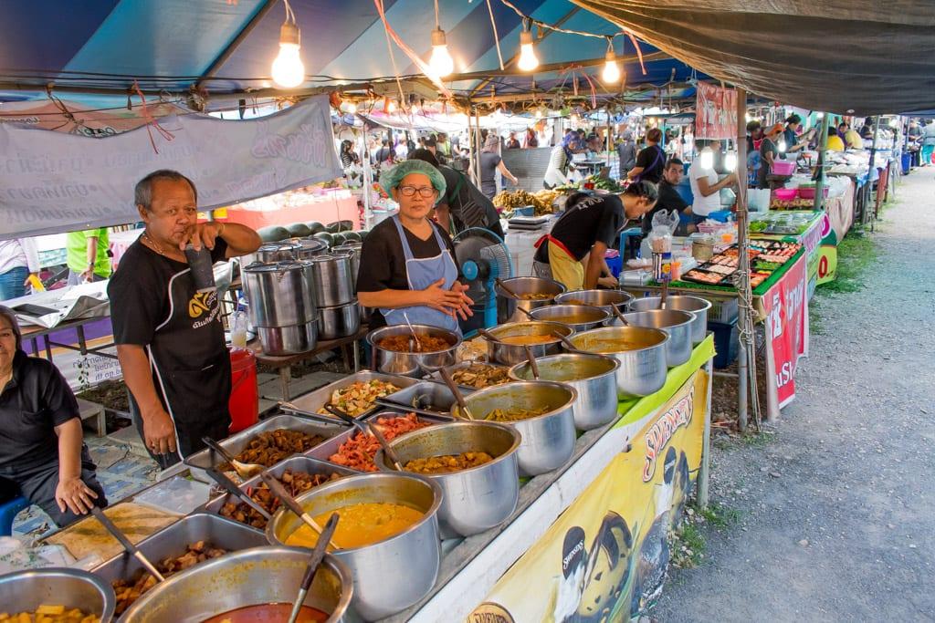 Eten op een Markt in Thailand
